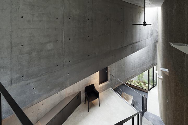 『外神田の家』コンクリート打ち放しのクールな住まいの部屋 吹き抜け空間でつながる1階と2階