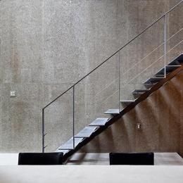 『外神田の家』コンクリート打ち放しのクールな住まい-コンクリート打ち放しの壁と階段