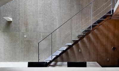 『外神田の家』コンクリート打ち放しのクールな住まい (コンクリート打ち放しの壁と階段)