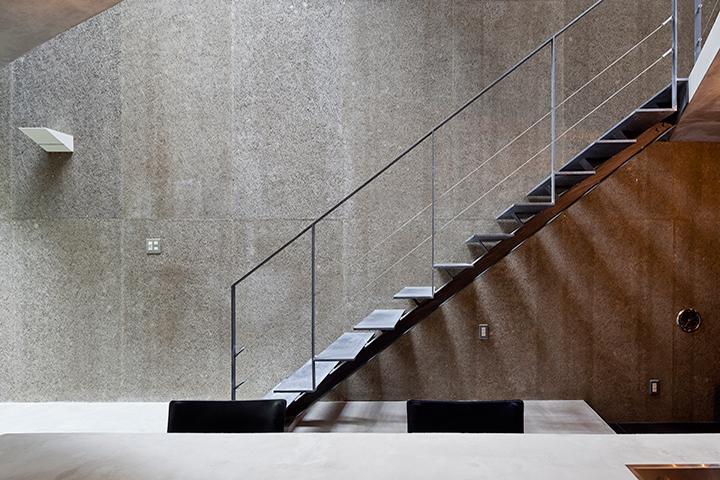 『外神田の家』コンクリート打ち放しのクールな住まいの部屋 コンクリート打ち放しの壁と階段