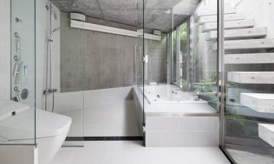 コンクリート打ち放しの明るいバスルーム|『外神田の家』コンクリート打ち放しのクールな住まい