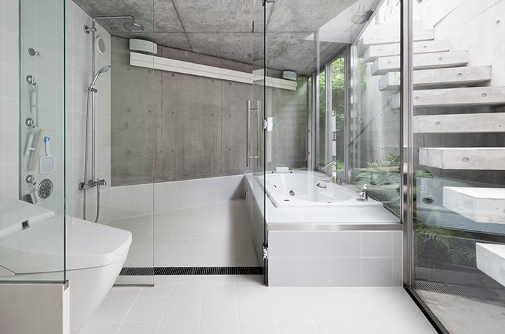 『外神田の家』コンクリート打ち放しのクールな住まいの部屋 コンクリート打ち放しの明るいバスルーム
