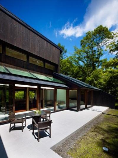 『軽井沢の別荘 K邸』憩いのセカンドハウス (自然に囲まれたテラス)