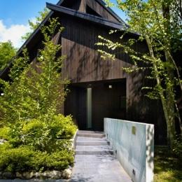 『軽井沢の別荘 K邸』憩いのセカンドハウス (緑に囲まれたアプローチ)