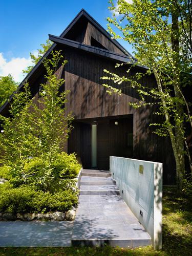 『軽井沢の別荘 K邸』憩いのセカンドハウスの写真 緑に囲まれたアプローチ