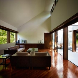 フルオープンの開放的なリビング (『軽井沢の別荘 K邸』憩いのセカンドハウス)