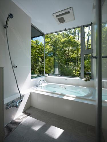 『軽井沢の別荘 K邸』憩いのセカンドハウスの写真 緑を感じる開放的な浴室