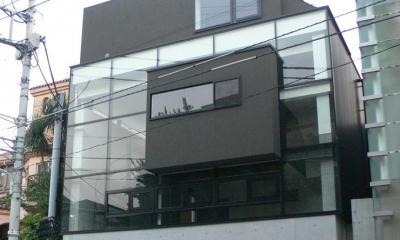 『大谷HOUSE』都心で緑を感じられる住まい (ガラス張りの外観-2)