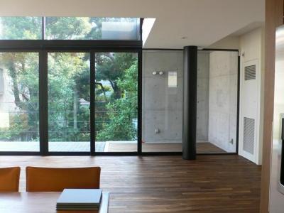 『大谷HOUSE』都心で緑を感じられる住まい (緑を感じられるガラス張りのLDK)