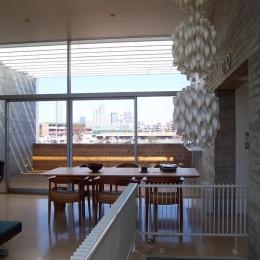 『北村邸』絵になる6階建て住宅 (階段上部の北欧照明)