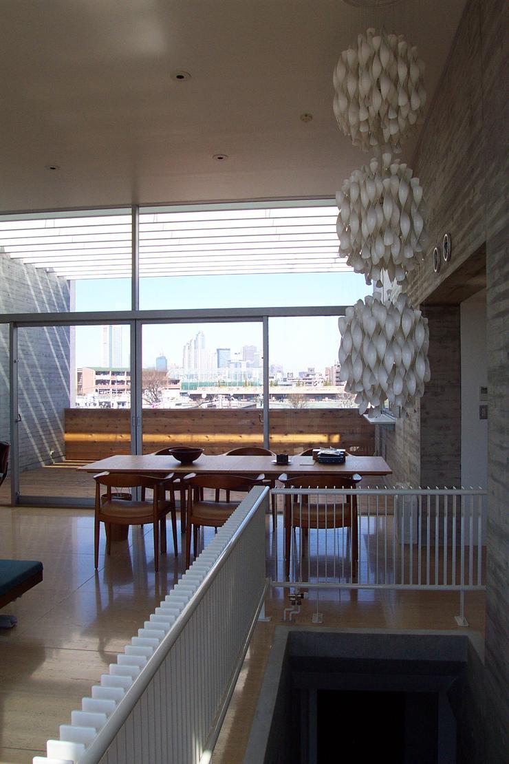 『北村邸』絵になる6階建て住宅の部屋 階段上部の北欧照明