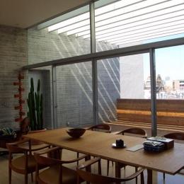 『北村邸』絵になる6階建て住宅 (ガラス張りのダイニング・バルコニー)