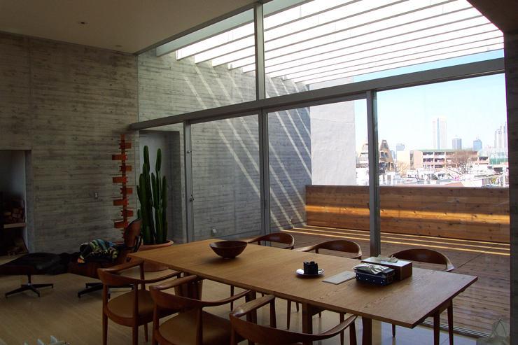 『北村邸』絵になる6階建て住宅の部屋 ガラス張りのダイニング・バルコニー