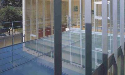 『岡崎邸』ロの字型の壁式コンクリートフレームの住まい (ガラス床の3階テラス)