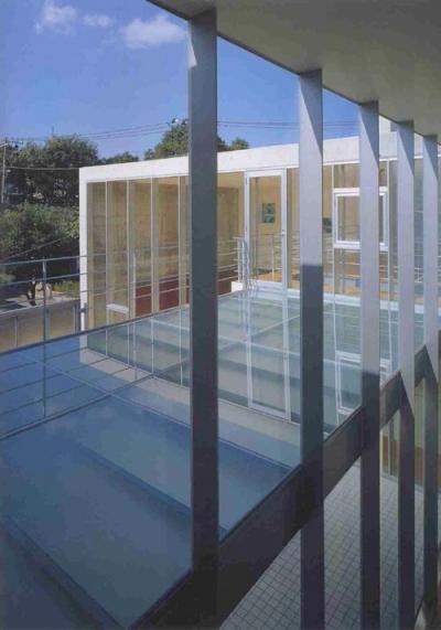 ガラス床の3階テラス (『岡崎邸』ロの字型の壁式コンクリートフレームの住まい)