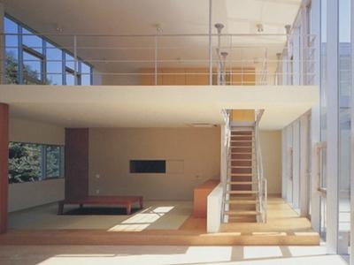 リビング階段・畳コーナー (『岡崎邸』ロの字型の壁式コンクリートフレームの住まい)