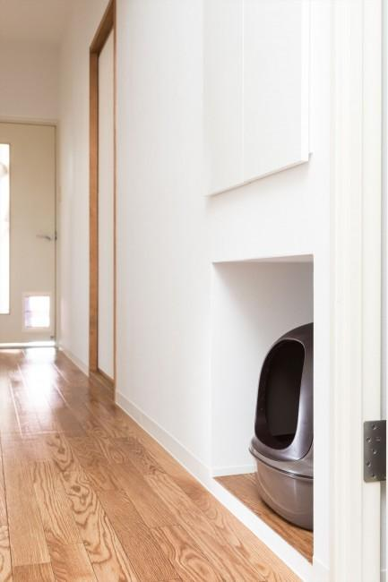 『埼玉県羽生市K邸』猫のための楽園♪賃貸リノベーションの写真 廊下のへこみに猫用トイレを収納