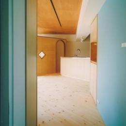 中庭を望むダイニングのあるビンテージマンションリノベ:『桜台ビレジリノベーションvol.2』(横浜市青葉区) (玄関よりLDKを見る)