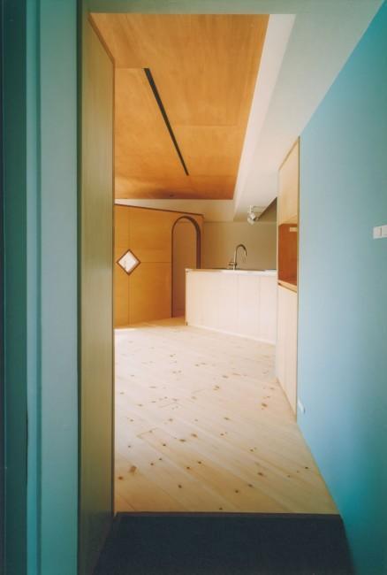 『横浜市青葉区W邸』中庭を望むダイニングのある家の部屋 玄関よりLDKを見る