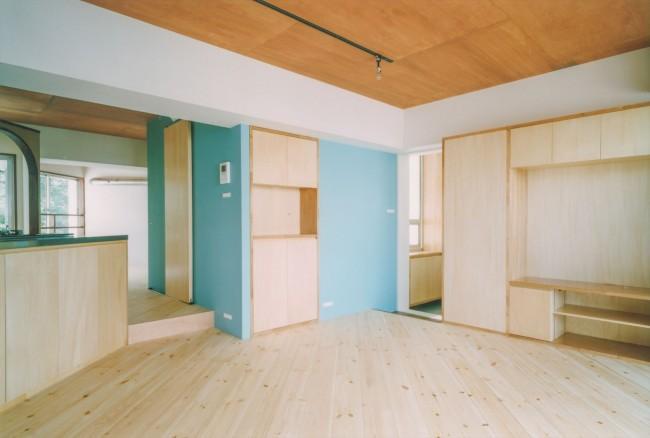 『横浜市青葉区W邸』中庭を望むダイニングのある家の部屋 リビングより玄関側を見る