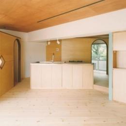 中庭を望むダイニングのあるビンテージマンションリノベ:『桜台ビレジリノベーションvol.2』(横浜市青葉区) (明るい開放的なLDK)