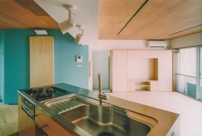 『横浜市青葉区W邸』中庭を望むダイニングのある家の部屋 リビングを見渡せるアイランドキッチン
