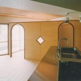 中庭を望むダイニングのあるビンテージマンションリノベ:『桜台ビレジリノベーションvol.2』(横浜市青葉区) (アーチ型の入口が可愛いLDK)