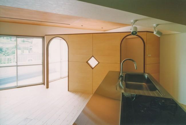 『横浜市青葉区W邸』中庭を望むダイニングのある家の部屋 アーチ型の入口が可愛いLDK