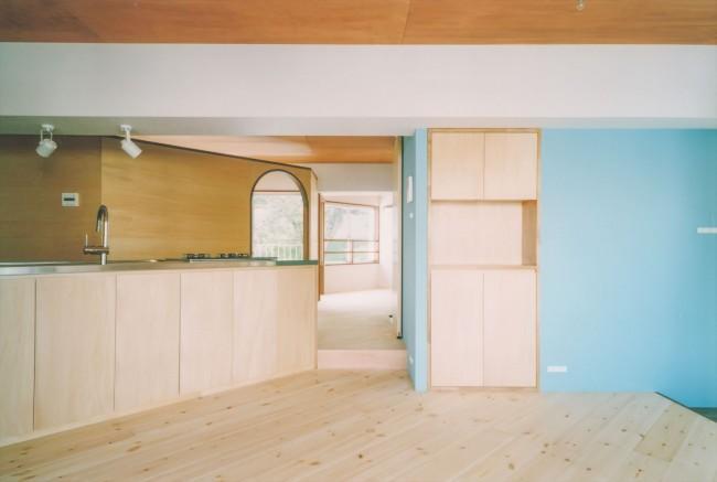 『横浜市青葉区W邸』中庭を望むダイニングのある家の部屋 リビングより廊下を見る