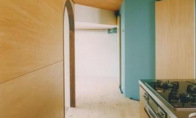 キッチンより和室入口を見る|中庭を望むダイニングのあるビンテージマンションリノベ:『桜台ビレジリノベーションvol.2』(横浜市青葉区)