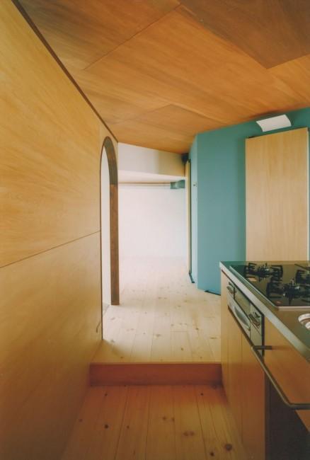 『横浜市青葉区W邸』中庭を望むダイニングのある家の部屋 キッチンより和室入口を見る