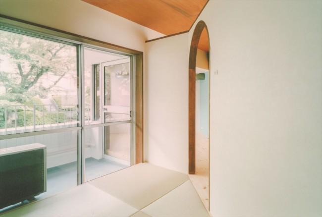 『横浜市青葉区W邸』中庭を望むダイニングのある家の部屋 明るい日差しの入る和室