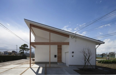 片流れ屋根の家外観 (『5つのテラスの家』光と風を楽しむ住まい)