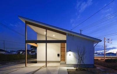 『5つのテラスの家』光と風を楽しむ住まい (片流れ屋根の家-夜景)
