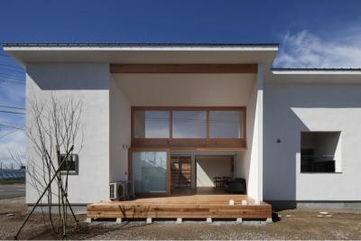 『5つのテラスの家』光と風を楽しむ住まい (リビング側外観)