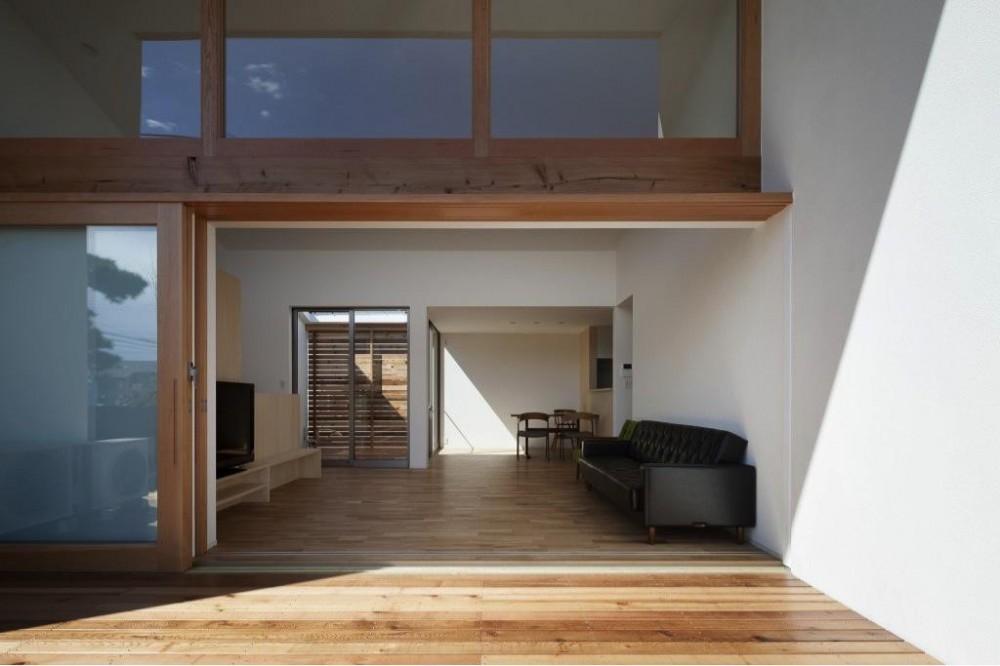 『5つのテラスの家』光と風を楽しむ住まい (テラスよりリビングを見る)