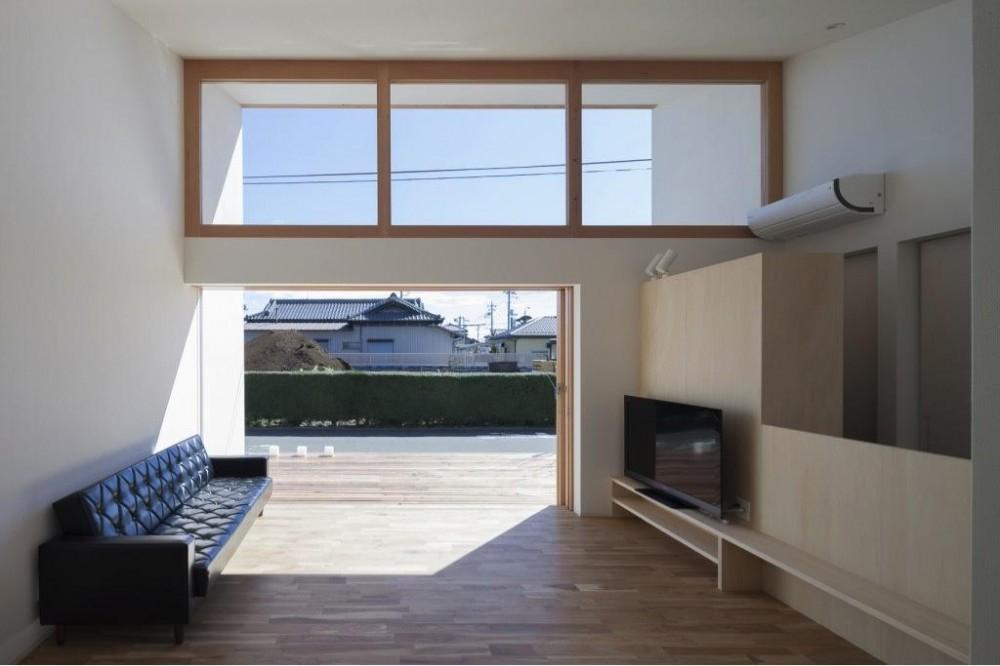 高窓・テラスより光の差し込むリビング (『5つのテラスの家』光と風を楽しむ住まい)