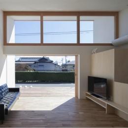 『5つのテラスの家』光と風を楽しむ住まい (高窓・テラスより光の差し込むリビング)
