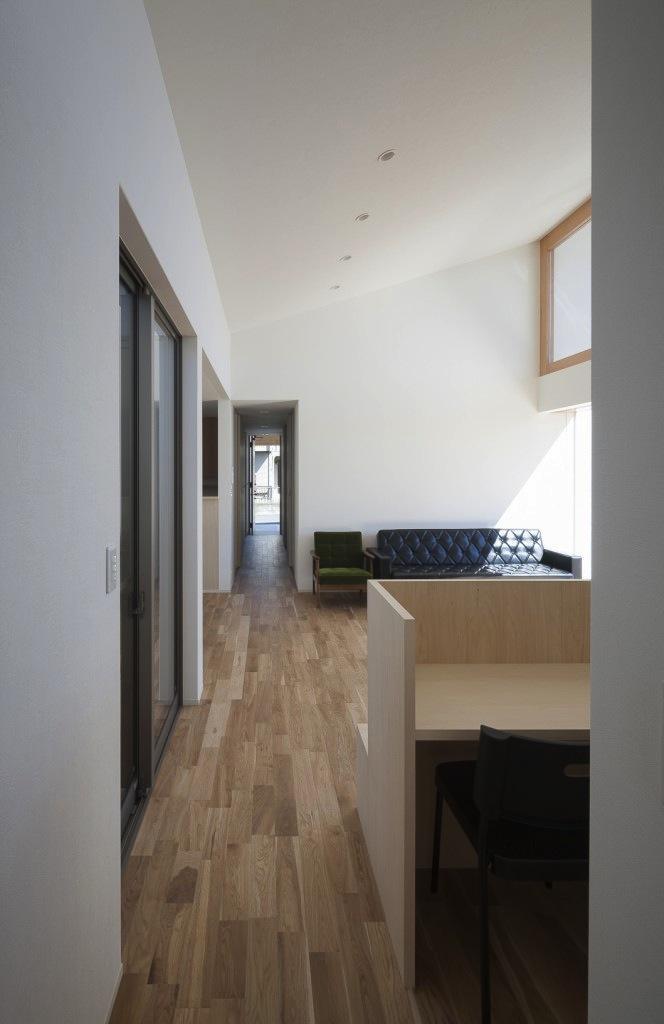『5つのテラスの家』光と風を楽しむ住まいの部屋 寝室廊下よりリビングを見る