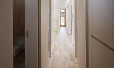 『5つのテラスの家』光と風を楽しむ住まい (明るい廊下)