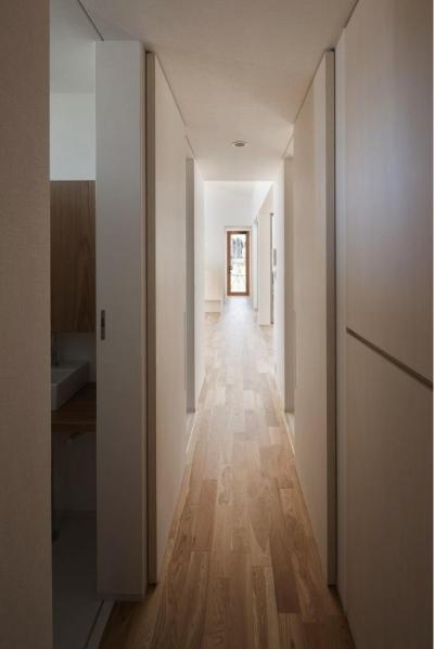 明るい廊下 (『5つのテラスの家』光と風を楽しむ住まい)