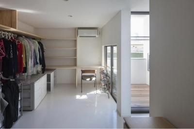 家事室兼ウォークインクローゼット (『5つのテラスの家』光と風を楽しむ住まい)