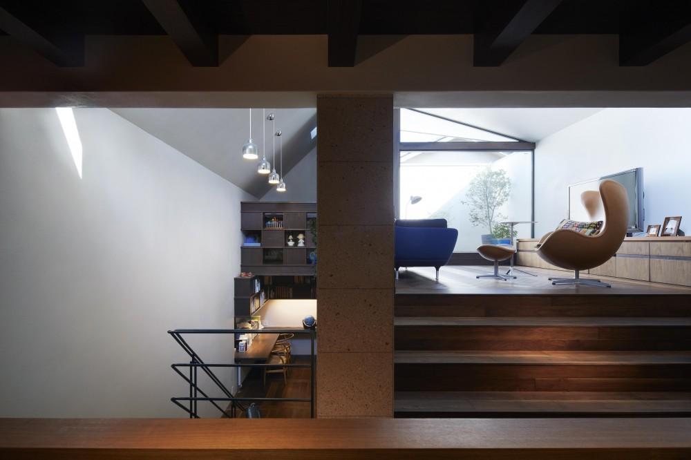 東山の家 (キッチン・ダイニングから、上にリビング、下に階段ホール兼スタディスペースを見る)