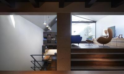 キッチン・ダイニングから、上にリビング、下に階段ホール兼スタディスペースを見る|東山の家