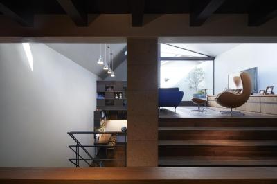キッチン・ダイニングから、上にリビング、下に階段ホール兼スタディスペースを見る (東山の家)