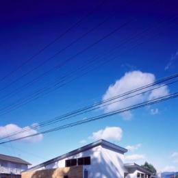 『囲む家』様々な表情のある、楽しく温かな住まい (片流れ屋根の家-東南外観)
