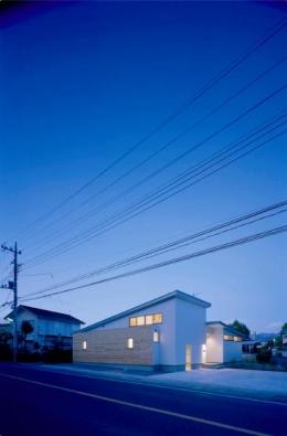 『囲む家』様々な表情のある、楽しく温かな住まい (外観夜景)
