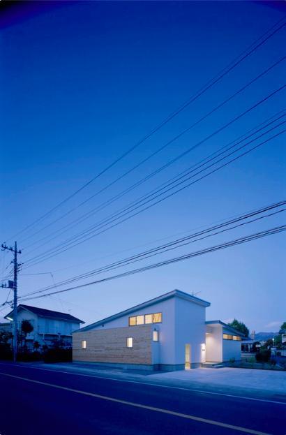 『囲む家』様々な表情のある、楽しく温かな住まいの写真 外観夜景