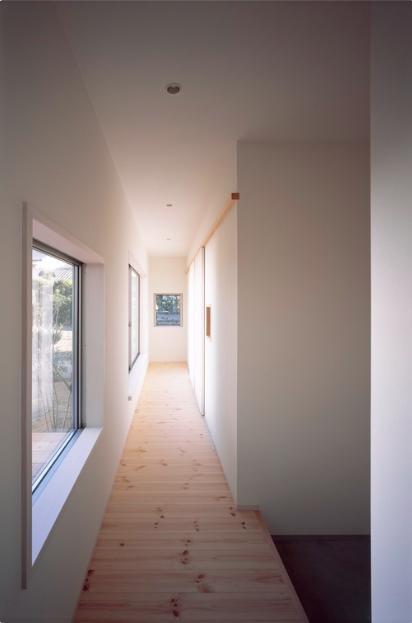 『囲む家』様々な表情のある、楽しく温かな住まいの写真 明るい子供棟廊下