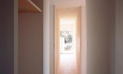 『囲む家』様々な表情のある、楽しく温かな住まい (明るい家事棟廊下)